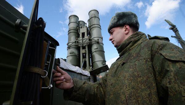 """Żołnierz przy rakietowym systemie obrony powietrznej """"Triumf"""" S-400 w obwodzie moskiewskim - Sputnik Polska"""