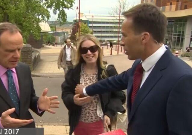 Prowadzący BBC przypadkowo złapał kobietę za pierś na antenie