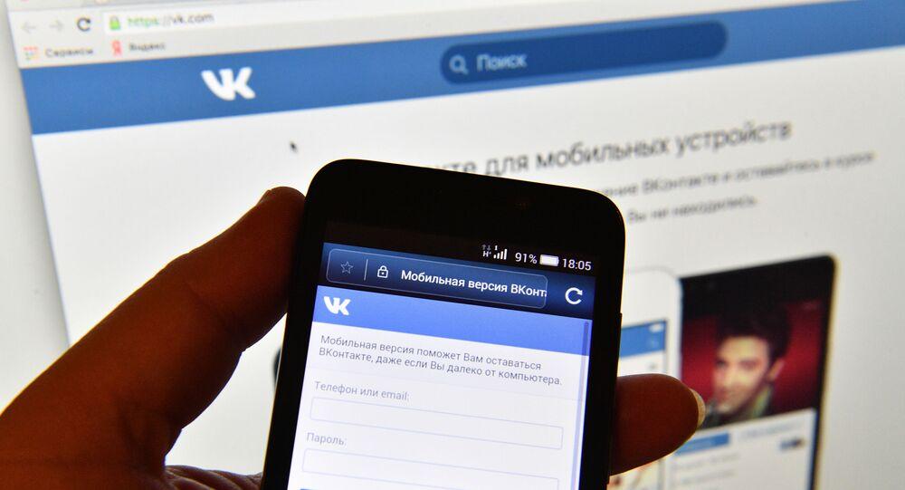 """Strona sieci społecznościowej """"Vkontakte"""" na ekranie smartfonu"""