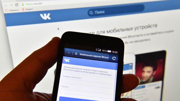 """Strona sieci społecznościowej """"Vkontakte"""" na ekranie smartfonu - Sputnik Polska"""