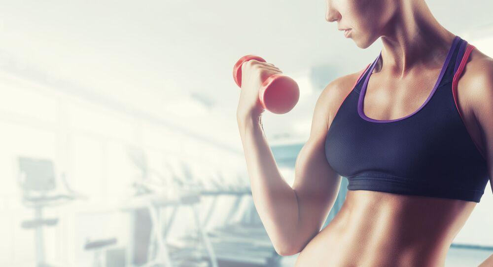 Kobieta w fitness klubie