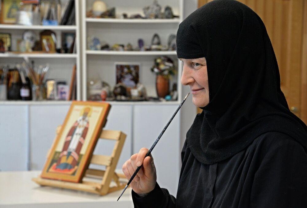 Zakonnice w pracowni ikon żeńskiego klasztoru Świętych Prawowiernych Apostołów Piotra i Pawła we wsi Piotropawłowka w Kraju Chabarowskim.