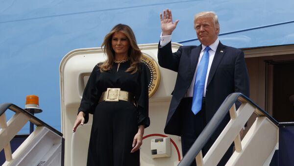 Prezydent USA Donald Trump z żoną na królewskim terminale międzynarodowego lotniska im. Króla Halida w Rijadzie - Sputnik Polska