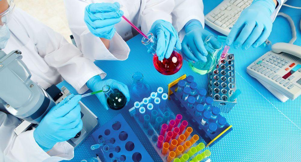 Zespół lekarzy sprawdza badania w laboratorium
