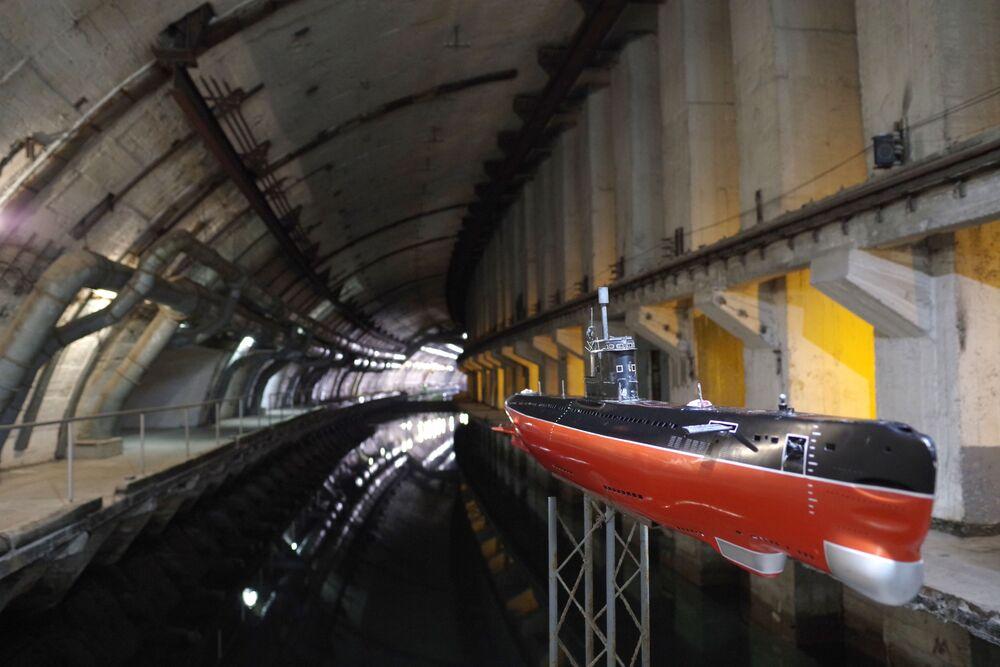 Tajna baza okrętów podwodnych w Bałakławie na Krymie. Wybudowana w 1961 roku, porzucona w 1993 roku. Obecnie znajduje się tam muzeum.