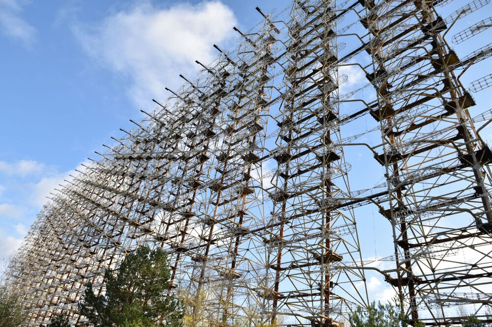 Duga-1 – radziecki radar pozahoryzontalny do wykrywania nadlatujących nad terytorium ZSRR pocisków balistycznych m.in. USA z głowicami nuklearnymi. Wybudowany w okolicach Mikołajowa na Ukrainie. Wyłączony po katastrofie w Elektrowni Atomowej w Czarnobylu.