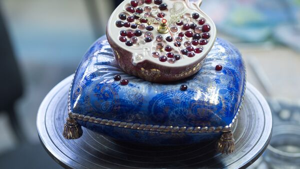 """Biało-niebieskie dekoracje, firmowe """"maźnięcie"""" pędzla, pozwalające na tworzenie różnych odcieni niebieskiego – to to, co wyróżnia wyroby porcelanowe mistrzów z Gżela. - Sputnik Polska"""