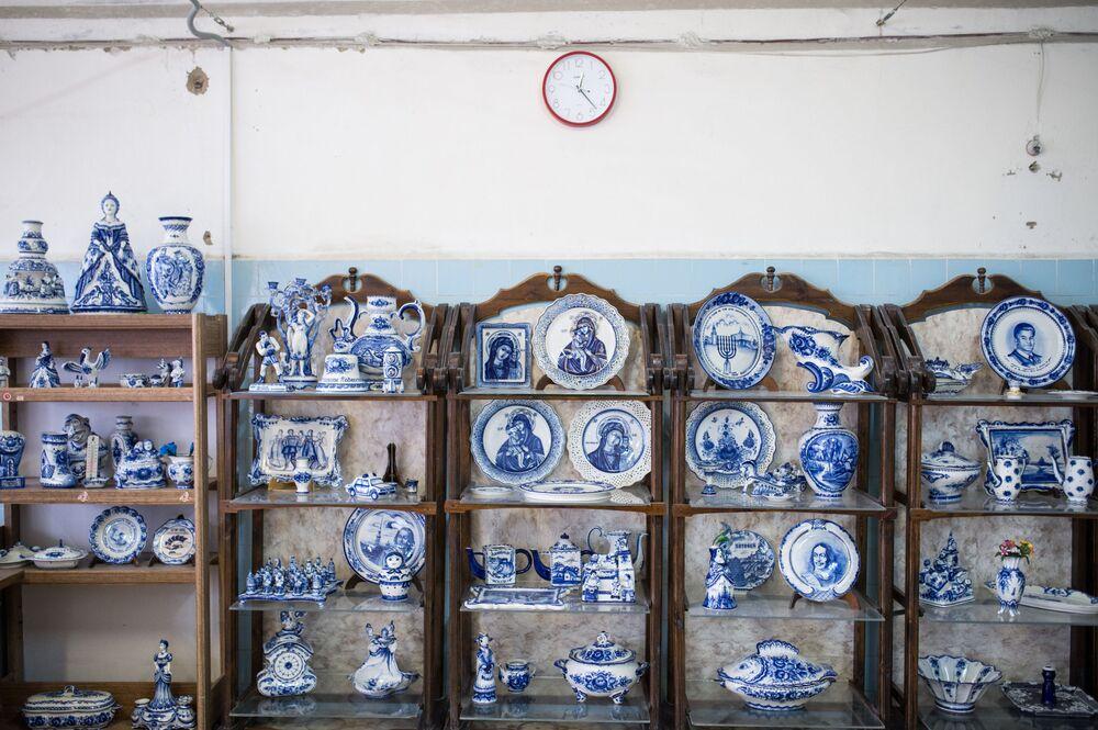 """Ceramiczne i porcelanowe wyroby w muzeum w Fabryce Porcelany """"Gżel""""."""