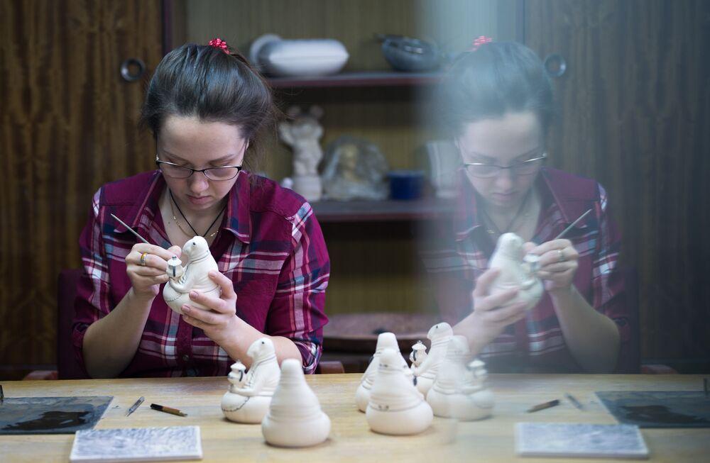 Dekoracja wyrobów porcelanowych w jednym z warsztatów.