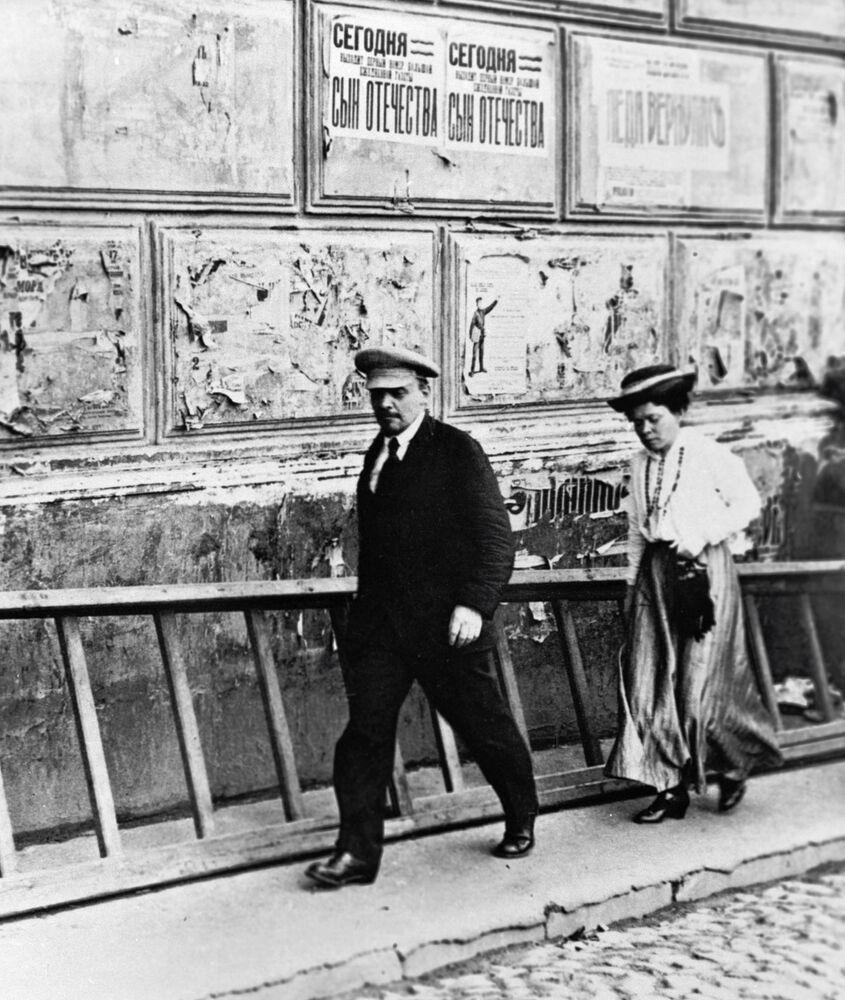Władimir Lenin z siostrą Marią Ulianową udaje się do Teatru Bolszoj na posiedzenie V Rosyjskiego Zjazdu Rad. Czapka Lenina stała się kanonicznym nakryciem głowy, w którym artyści najchętniej przedstawiali wodza. Na początku XX wieku czapka była (w zależności od fasonu) albo znakiem przynależności do niebogatej wartstwy miejskiej, albo atrybutem sportowego lub półwojskowego stylu. Główne jej zalety: czapka nie przeszkadzała w pracy fizycznej i nie zdmuchiwał jej z głowy wiatr.