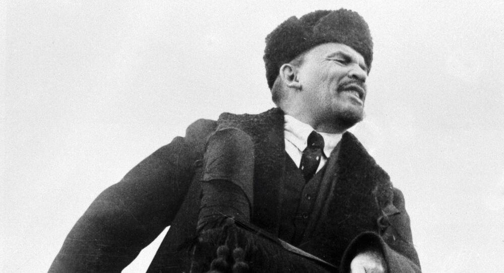 Władimir Lenin przemawia na Placu Czerwonym w dzień obchodów I rocznicy Wielkiej Październikowej Rewolucji Socjalistycznej