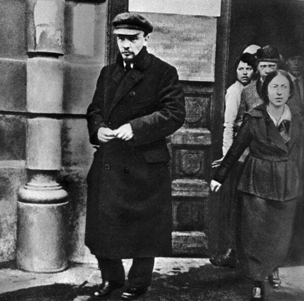 """W odróżnieniu od większości Rosjan w 1918 roku Lenin nosił miejską, niezbyt ciepłą odzież: tam, gdzie większość starała się ubrać na siebie jak najwięcej luźnych i bezkształtnych """"szmatek"""", aby się rozgrzać, wódz (poruszający się po mieście automobilem) nosił europejskie palto i czaoki, naciągając je na uszy podczas niedługich """"spacerów"""". - Sputnik Polska"""