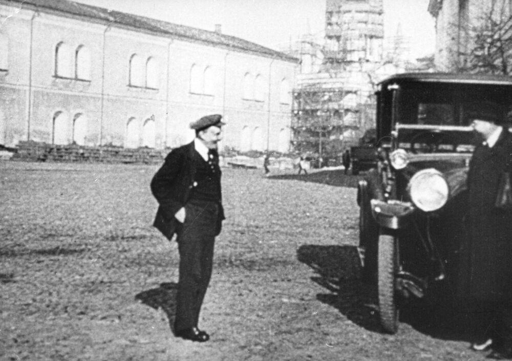 """Lenin na spacerze na Kremlu. 1918 rok. Nawet w chłodną pogodę mógł pozwolić sobie na ubiór """"jak na Zachodzie"""", bowiem czekał na niego samochód, w którym nie musiał marznąć."""
