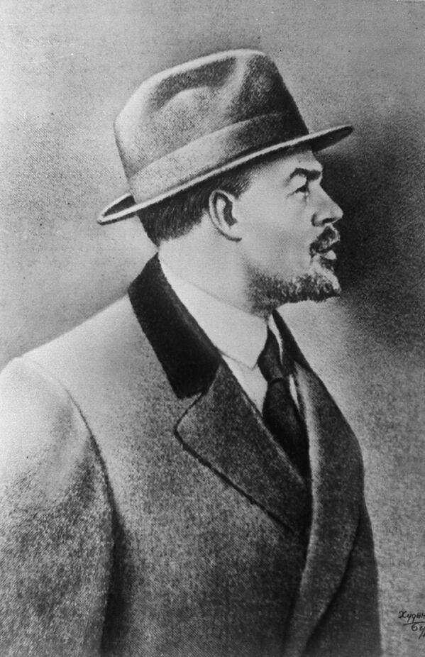 Władimir Lenin w Sztokholmie w 1917 roku. W ostatnich dniach przed powrotem do Rosji nie tylko ubrany był w palto, ale i w kapelusz. W Rosji będzie musiał zrezygnować z tego atrybutu inteligencji dla swojego nowego wizerunku. - Sputnik Polska