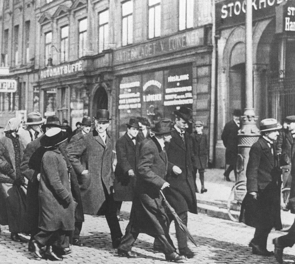 Władimir Lenin z grupą rosyjskich emigrantów politycznych na drodze ze Szwajcarii do Rosji. Palto, kapelusz, parasol, lśniące buty – rosyjski emigrant polityczny numer jeden śpieszy do ojczyzny w kwietniu 1917 roku.