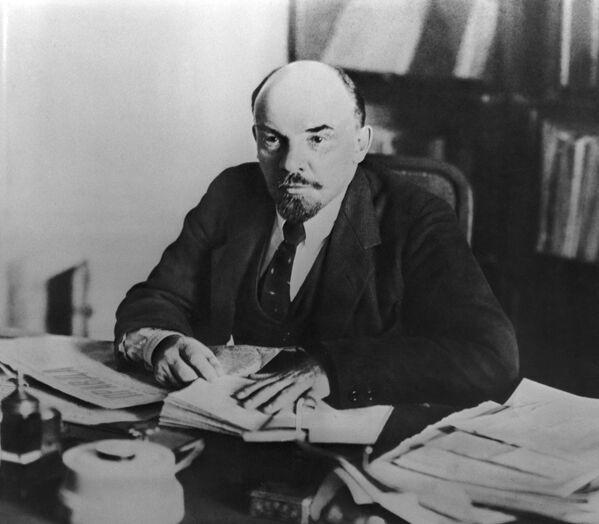 Władimir Lenin  w swoim gabinecie na Kremlu 16 października 1918 roku. Garnitur jako część wizerunku przewodniczącego Radzieckiego Komitetu Narodowego był jak najbardziej na miejscu. Ale zgodnie z warunkami wojennego, zimnego i ubogiego 1918 roku był mniej wyprasowany. A twarz wodza – zmęczona. - Sputnik Polska