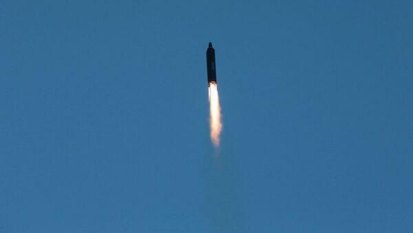Start rakiety balistycznej średniego zasięgu Hwasong-12 w KRLD - Sputnik Polska