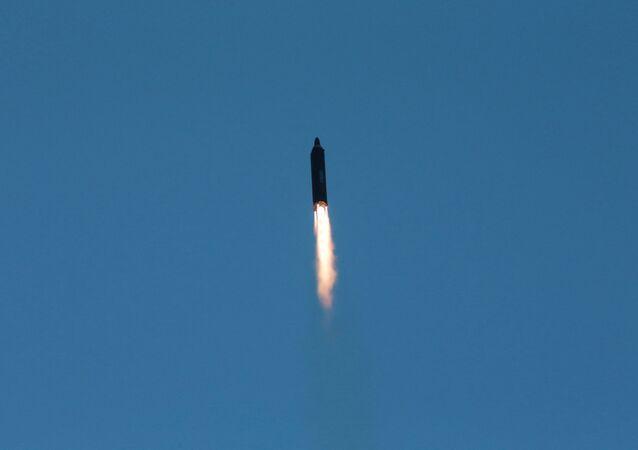 Start rakiety balistycznej średniego zasięgu Hwasong-12 w KRLD