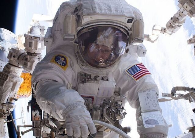Astronautka NASA Peggy Whitson podczas wyjścia w otwartą przestrzeń kosmiczną