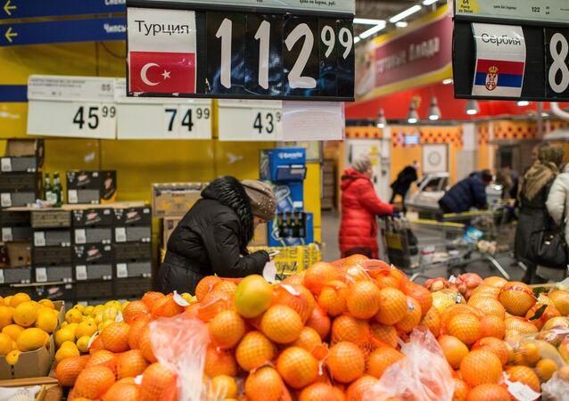 Tureckie owoce w sklepie w Omsku