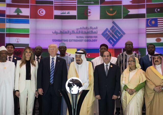 Prezydent USA Donald Trump, król Arabii Saudyjskiej Salman ibn Abd al-Aziz Al Su'ud i prezydent Egiptu Abd al-Fattah as-Sisi na szczycie w Rijadzie