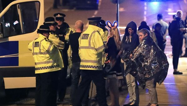 Emergency services personnel speak to people outside Manchester Arena after reports of an explosion at the venue during an Ariana Grande concert in Manchester, England, Monday, May 22, 2017. - Sputnik Polska