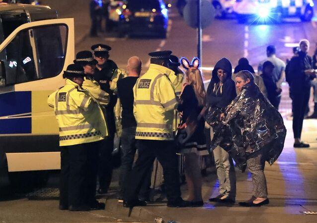 Służby ratownicze w pobliżu Manchester Arena