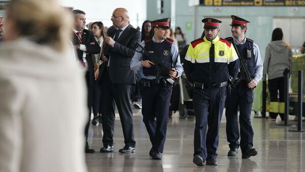 Hiszpańscy funkcjonariusze na lotnisku w Barcelonie - Sputnik Polska