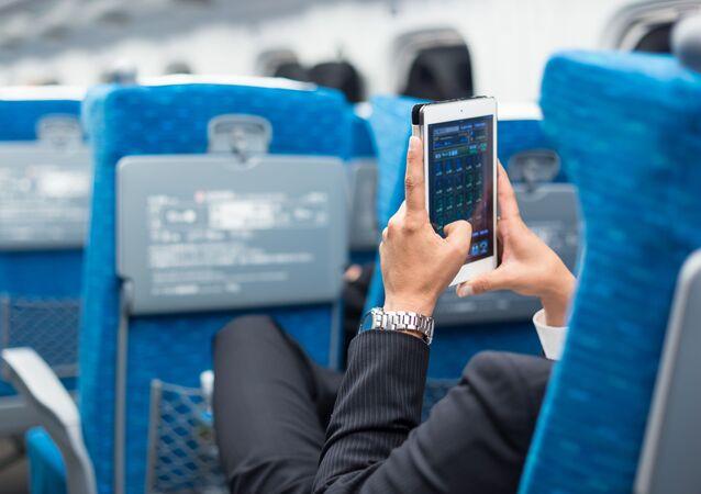 Biznesmen z telefonem w ręku w samolocie