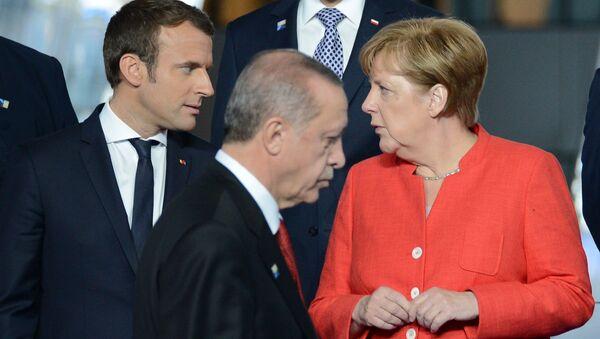Prezydent Francji Emmanuel Macron, prezydent Turcji Recep Tayyip Erdogan i kanclerz Niemiec Angela Merkel - Sputnik Polska