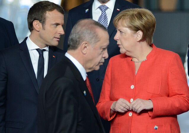 Prezydent Francji Emmanuel Macron, prezydent Turcji Recep Tayyip Erdogan i kanclerz Niemiec Angela Merkel