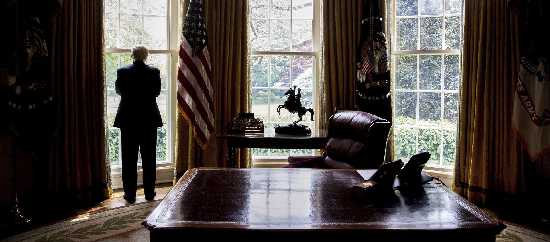 Prezydent USA Donald Trump przy oknie w Gabinecie Owalnym - Sputnik Polska, 1920, 01.12.2020