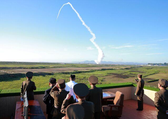 Przywódca Korei Północnej Kim Dzong Un podczas wystrzału rakiety