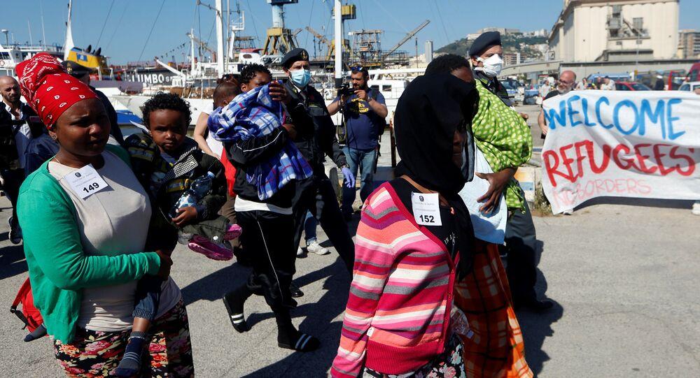 Migranci przybyli do Neapolu