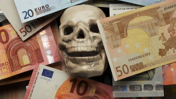 Czaszka wśród banknotów euro - Sputnik Polska