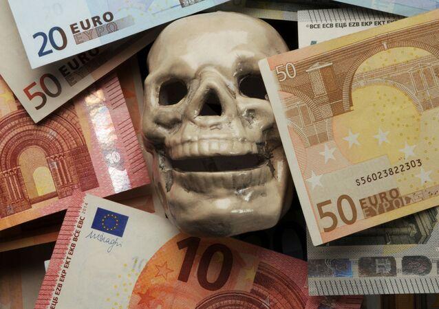 Czaszka wśród banknotów euro