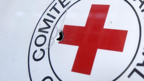 Ślad po kuli na samochodzie Czerwonego Krzyża w Doniecku - Sputnik Polska