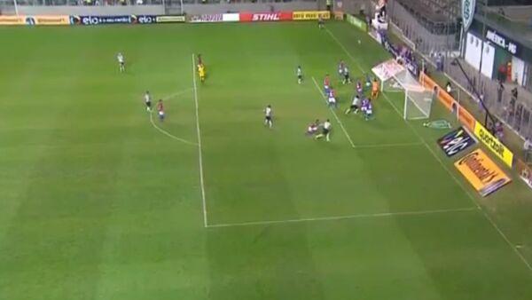 Piłkarz strzelił bramkę bezpośrednio z rzutu rożnego - Sputnik Polska