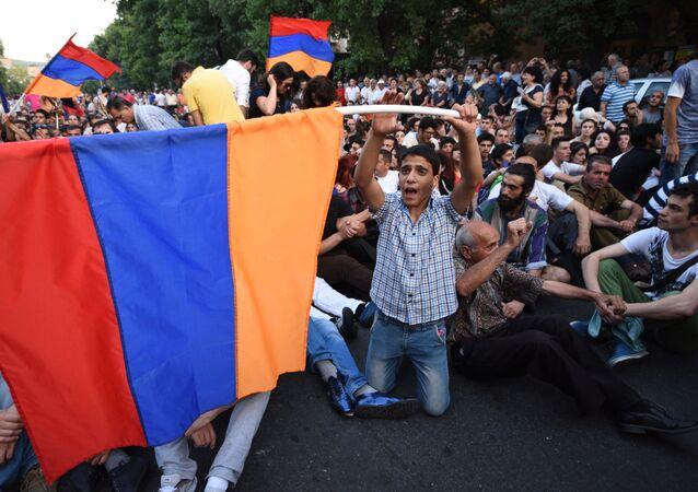 Uczestnicy akcji protestacyjnej w Erywaniu