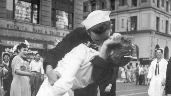 Amerykański marynarz i pielęgniarka na Times Square - Sputnik Polska