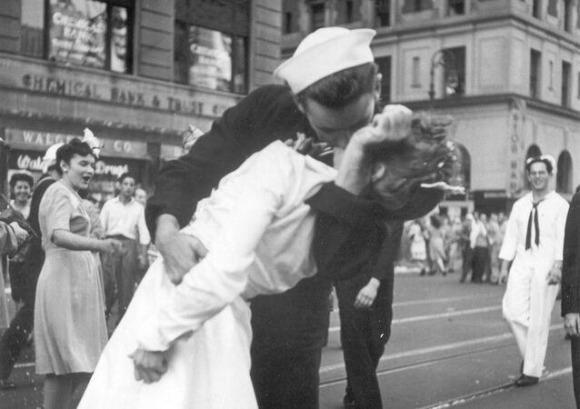 Amerykański marynarz i pielęgniarka na Times Square