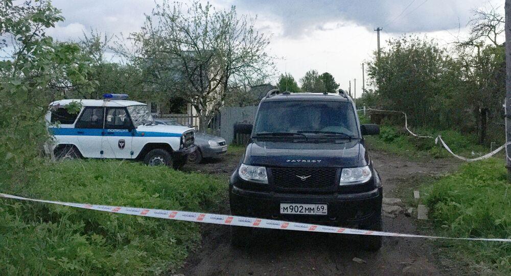 Radiowóz obok domu w miejscowości Riedkino w obwodzie twerskim