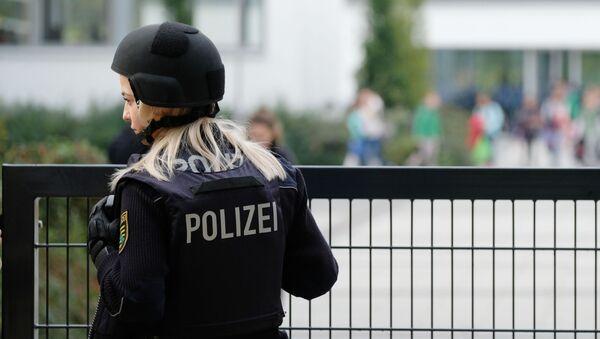Oficer niemieckiej policji strzeże szkoły podstawowej w Lipsku - Sputnik Polska