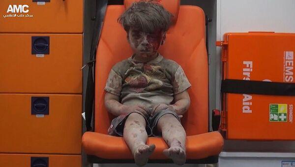 Syryjski chłopczyk Omran ranny podczas ostrzału Aleppo. 17 sierpnia 2016 roku - Sputnik Polska