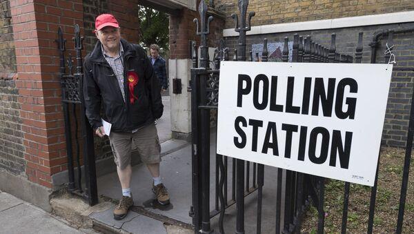 Zwolennik Partii Pracy przy wyjściu z lokalu wyborczego w Londynie - Sputnik Polska