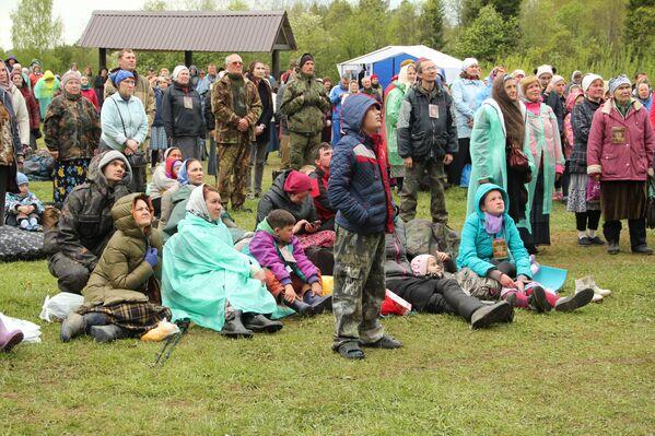 Kulminacyjny moment procesji ma miejsce na brzegu rzeki Wielikaja. - Sputnik Polska