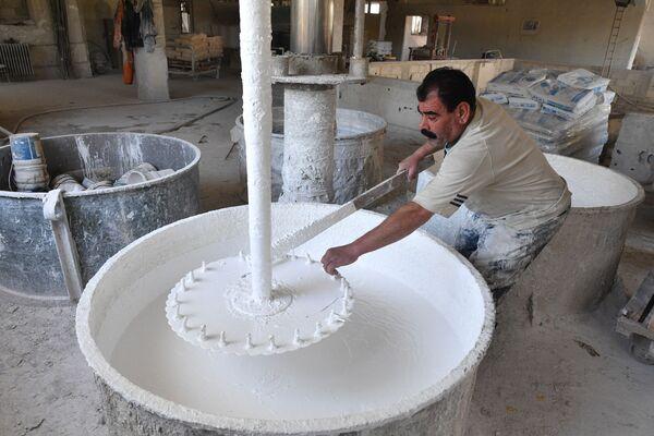Produkcja farb w miejscowości Al-Malihah na przedmieściach Damaszku. - Sputnik Polska