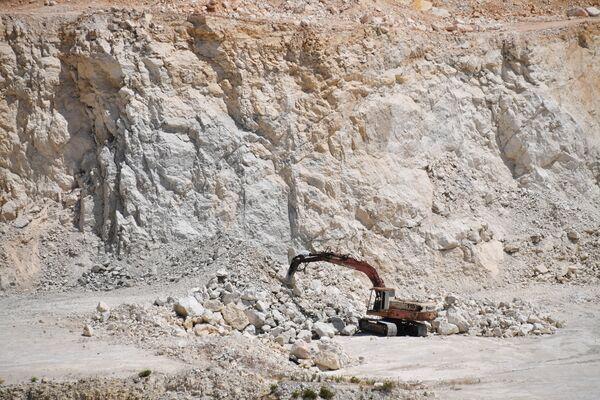 Wydobycie bazaltu na terenie cementowni na przedmieściach syryjskiego miasta Tartus. - Sputnik Polska