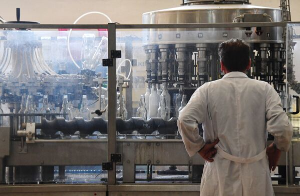 Arak rozlewany jest do butelek w zakładzie w mieście As-Suwajda. - Sputnik Polska