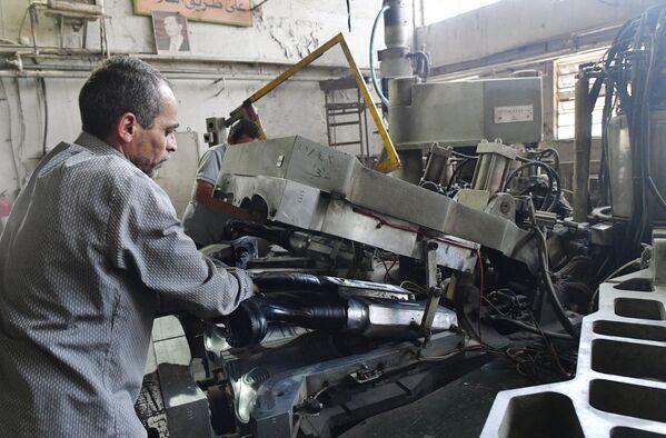 W zakładzie państwowym na wschodzie Damaszku w rejonie Bab Sharqi produkowane są kalosze i podeszwy do butów. - Sputnik Polska